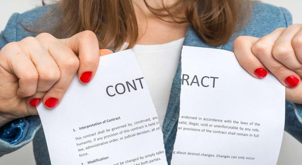 La tutela regulada en el artículo 50.1 b) del ET no exige reclamación previa del cumplimiento de la obligación de pago del salario. Imagen de mujer rompiendo un contrato