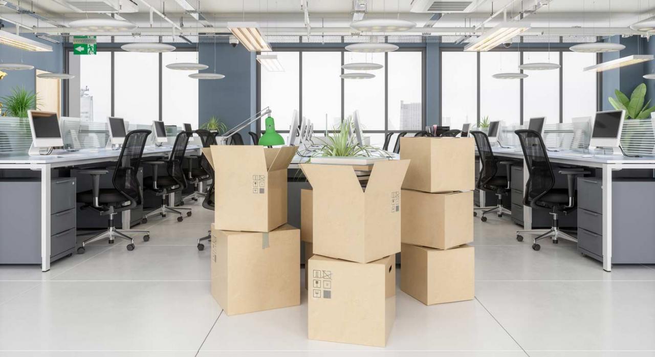 Tipos de extinción de contratos y calificación. Imagen de cajas de cartón en una oficina nueva y vacía