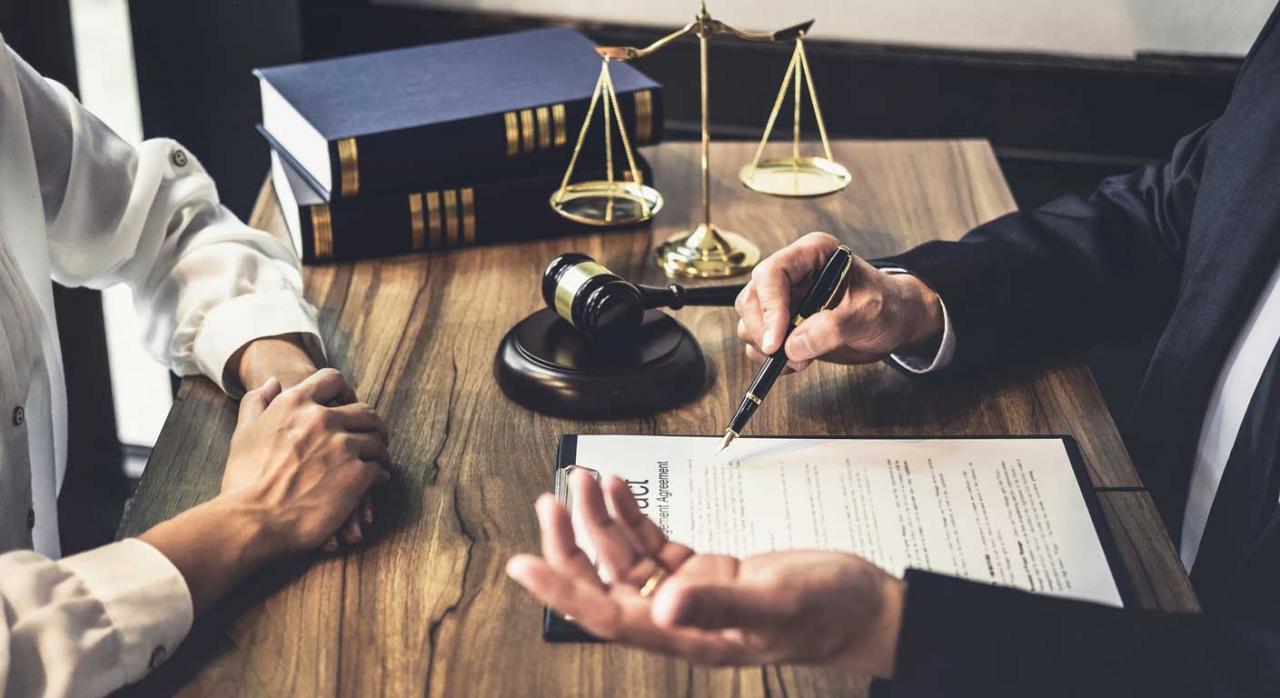 La acumulación de acciones habría permitido debatir y resolver las dos cuestiones. Imagen de una consulta entre empresaria y hombre abogado o juez en mesa