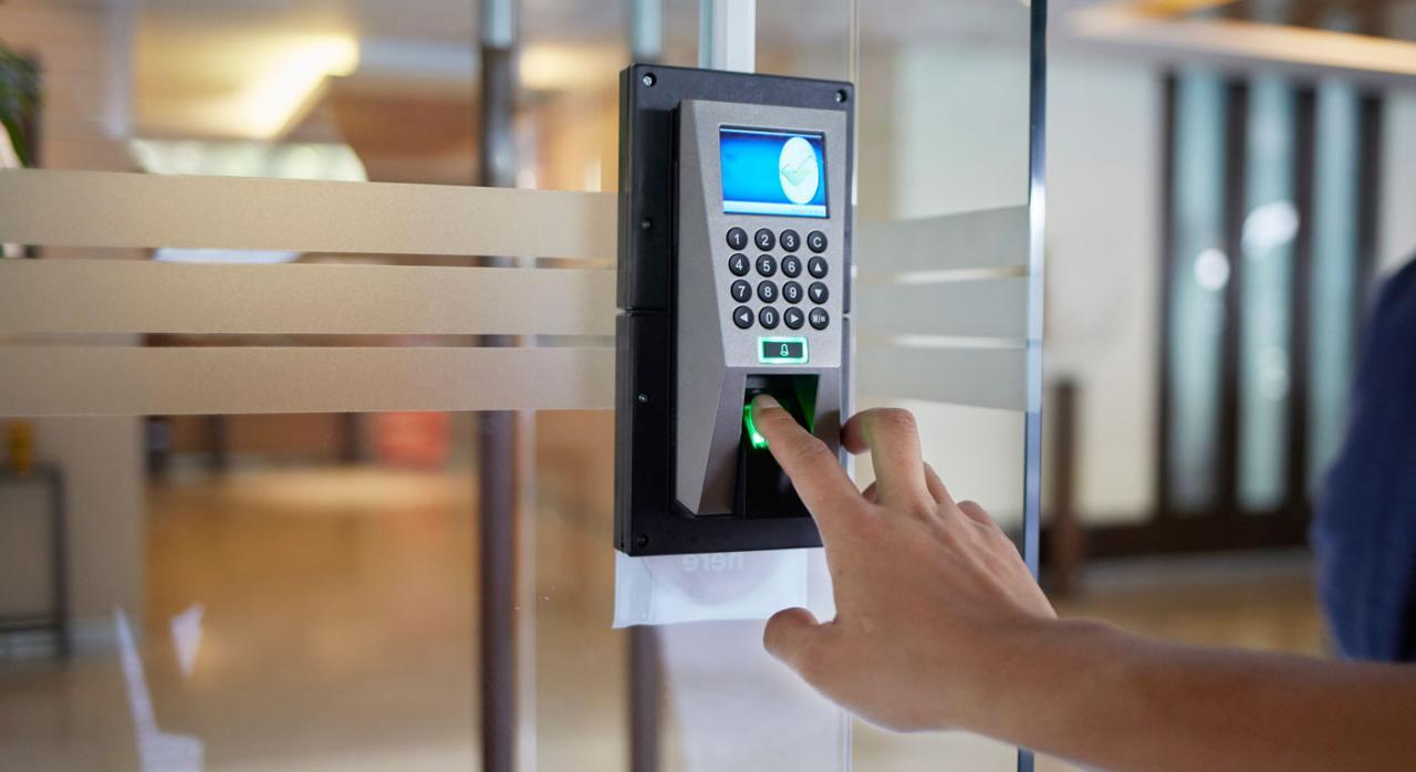 Imagen de huella dactilar sobre dispositivo de control electrónico