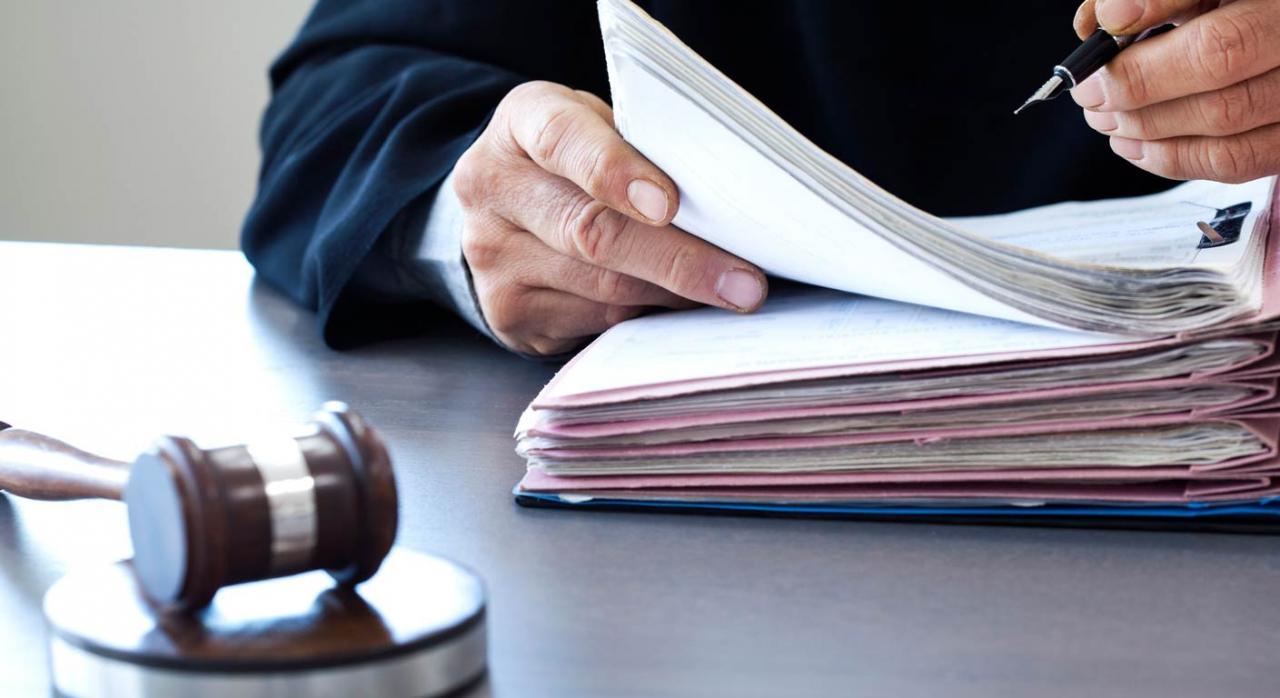 So pena de quebrantar la congruencia y causar indefensión. Imagen de Juez sobre mesa con pluma y documentación