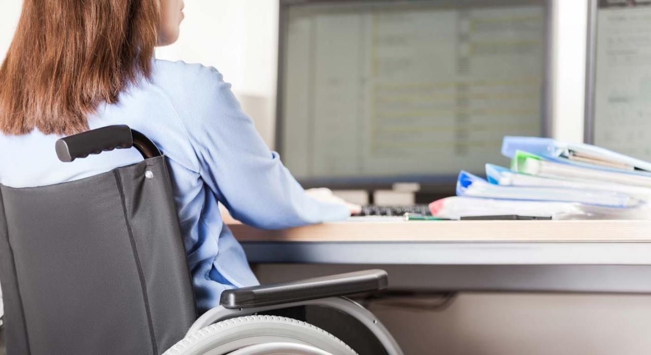 Contrato temporal de fomento del empleo para personas con discapacidad. Mujer en silla de ruedas trabajando