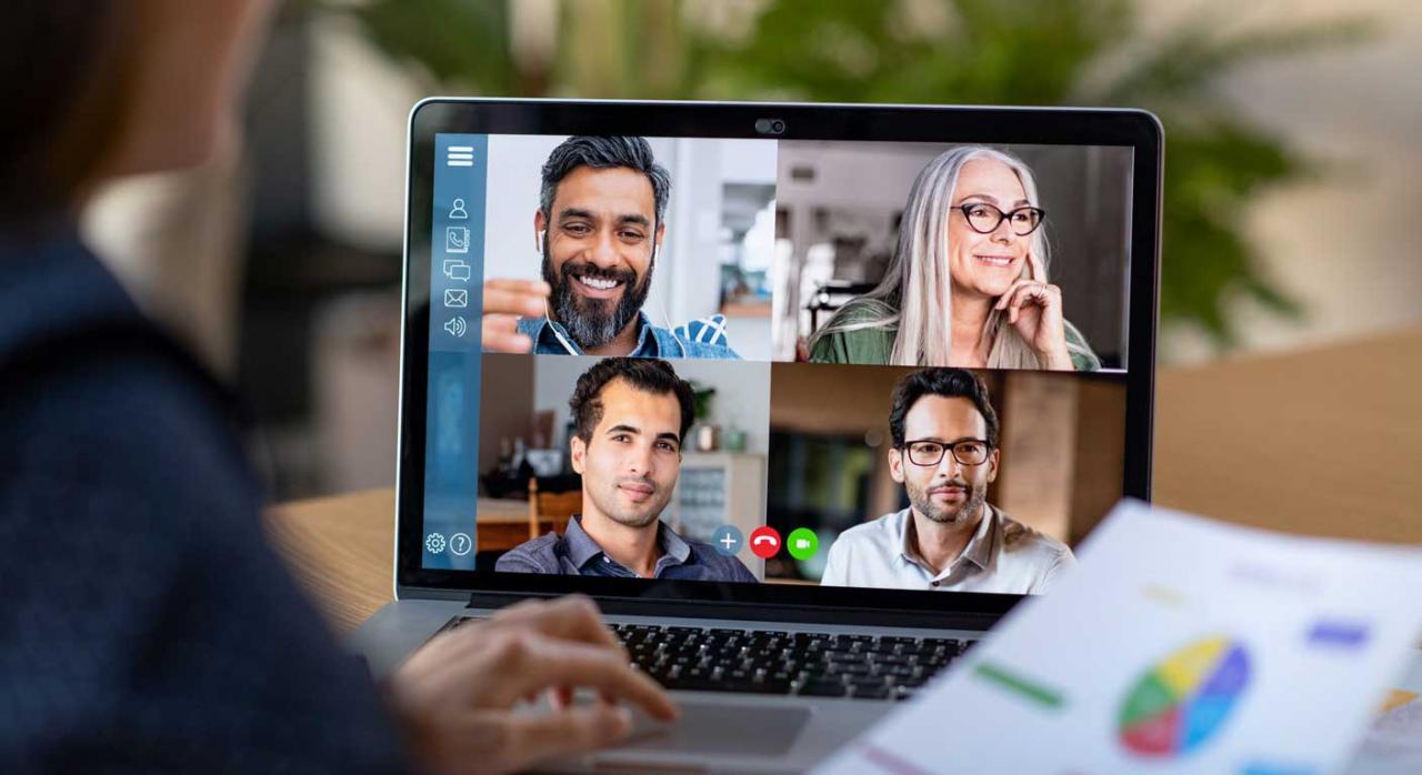 Herramientas colaborativas para teletrabajar. Mujer frente a un portátil haciendo una videoconferencia