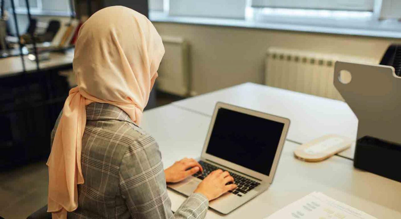 Símbolos religiosos en empresa privada. Mujer con hiyab trabajando frente a un ordenador