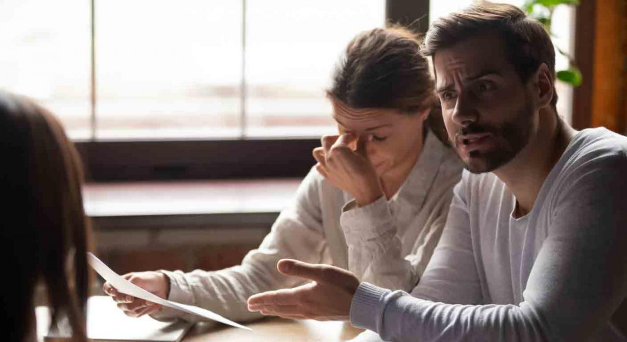 Dimisión; vicio del consentimiento; coacción. Una pareja, ella mirando un documento con preocupación, él mira a otra mujer indignado diciéndole algo mientras señala dicho documento