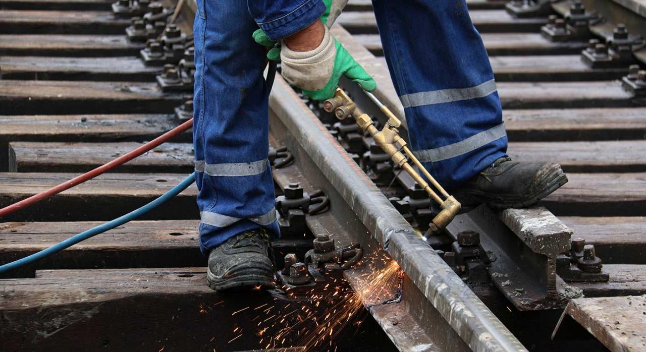 Huelga; servicios mínimos. Imagen de una soldador en el trabajo