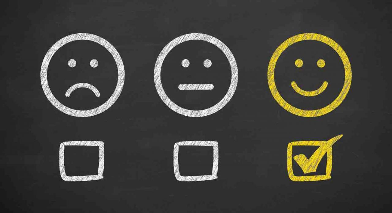 Tres iconos, uno triste, normal y feliz con tick marcado