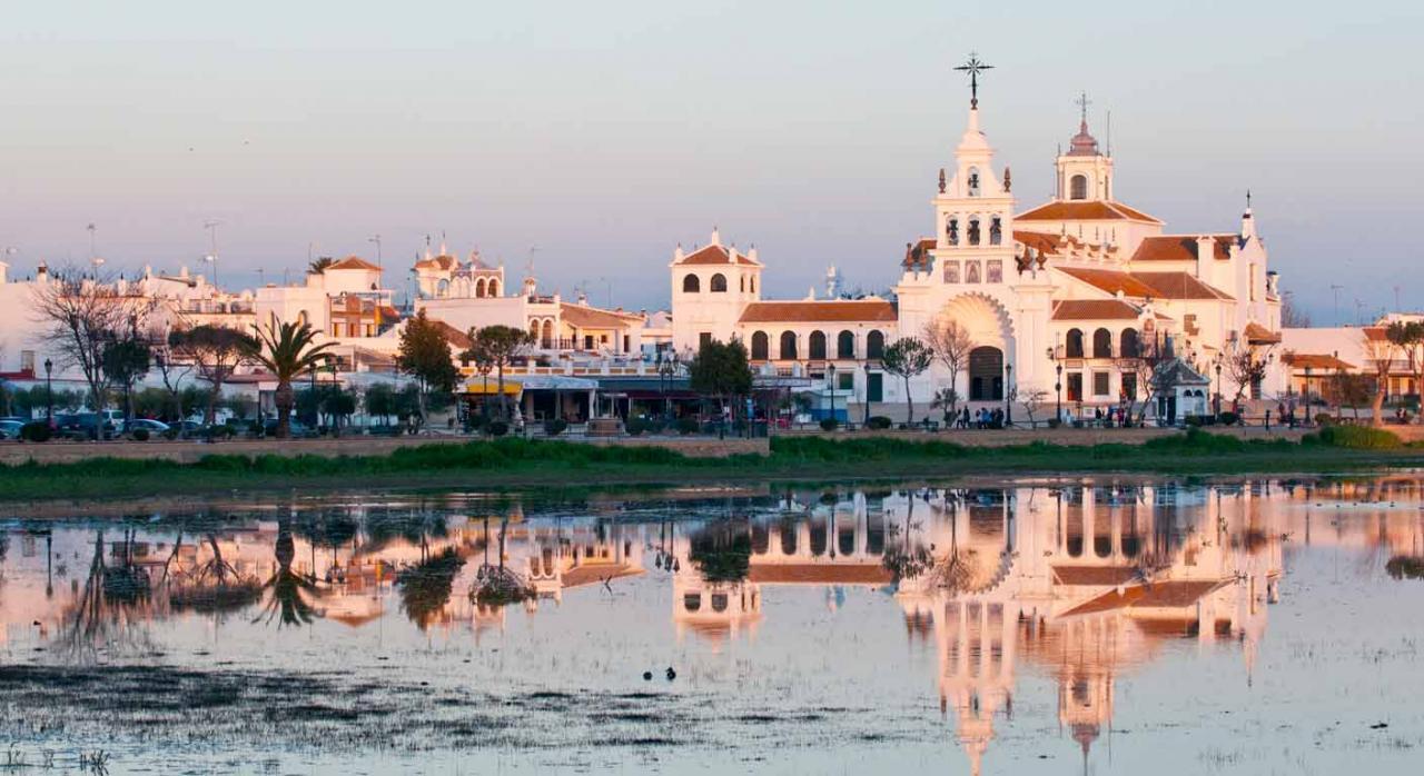 Iglesia de El rocío en Doñana, España. Convenios Colectivos Estatales, CC. AA. y provinciales