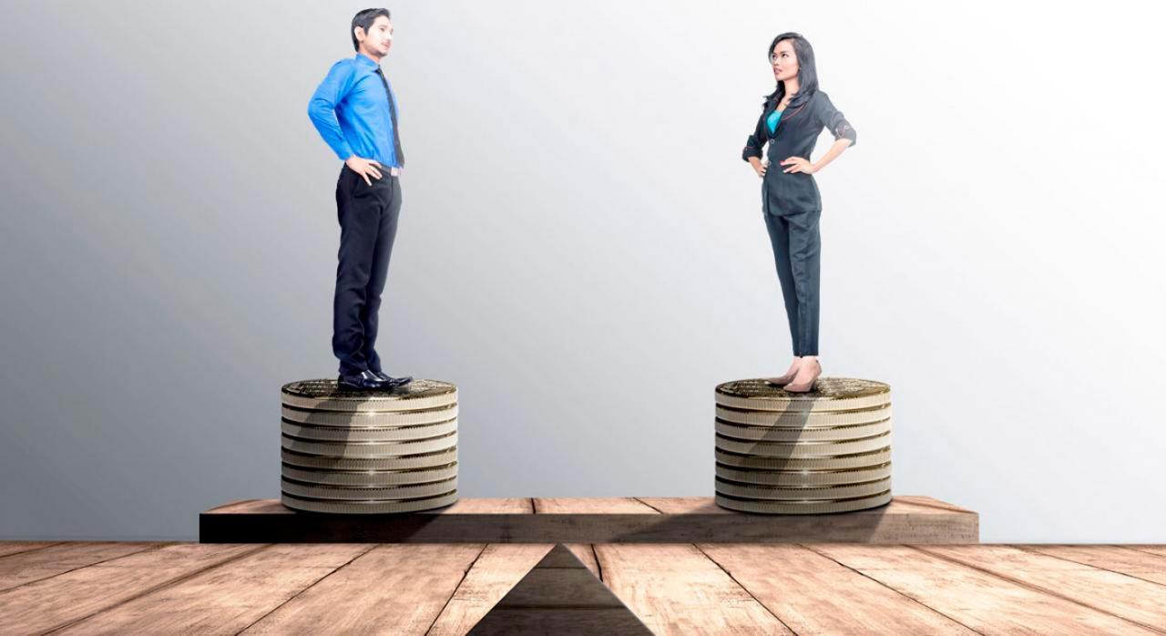 Brecha salarial y auditorías ¿qué deben hacer las empresas? Imagen de un hombre y una mujer subidos a una torre de monedas a igual tamaño
