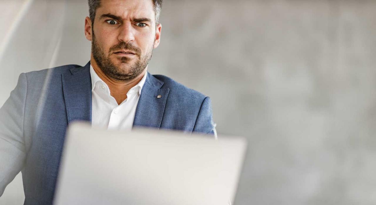 Inaplicación de la prohibición de despedir. Empresario mirando un portátil con gesto de incredulidad