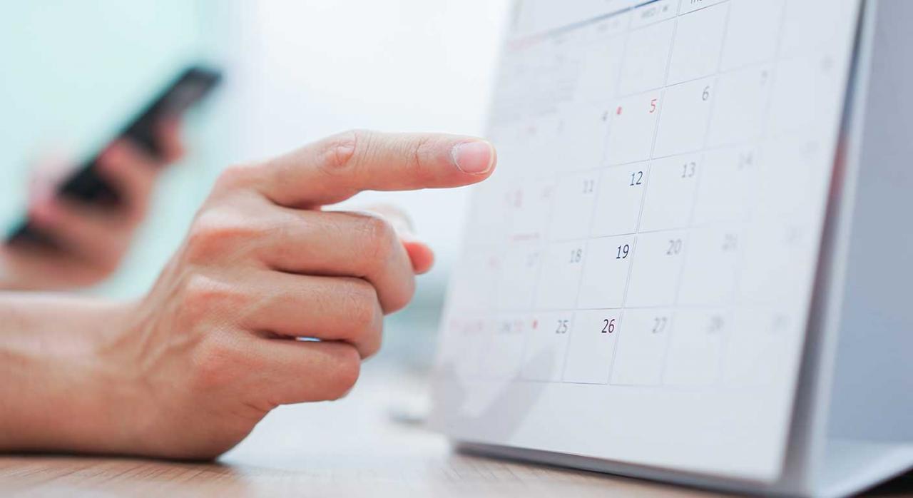 Incapacidad temporal; efectos económicos; determinación de contingencia. Imagen de una mano señalando un calendario
