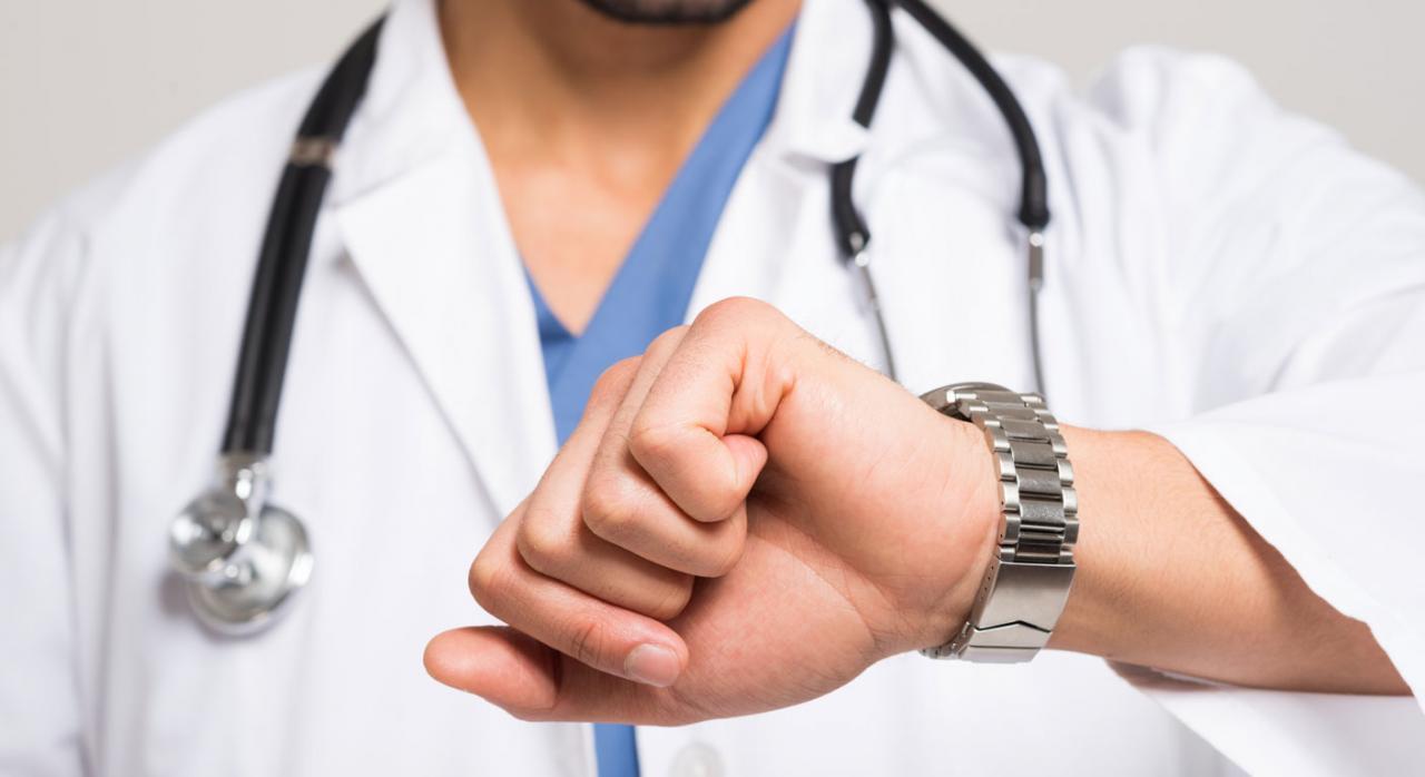 Plazo incapacidad temporal. Imagen médico mirando reloj