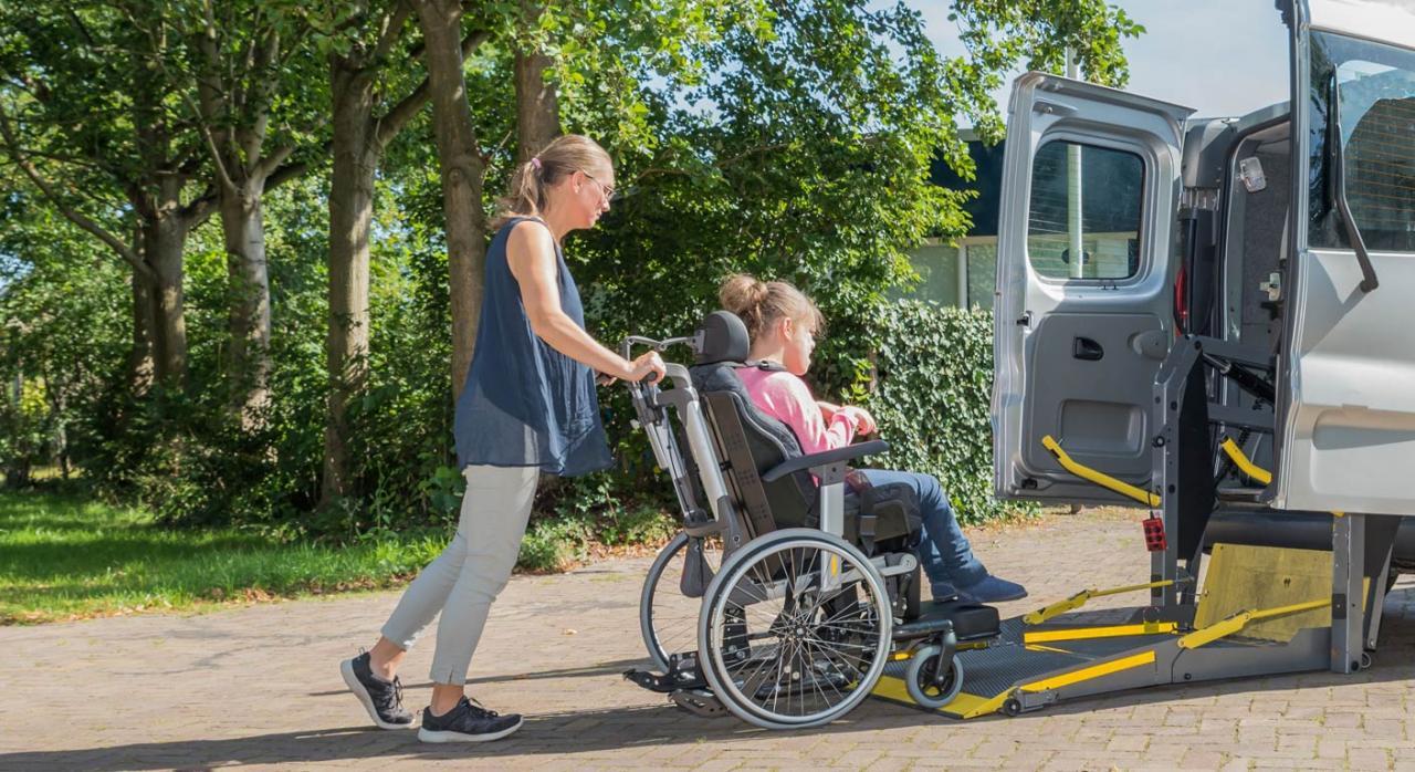 Persona con discapacidad subiendo al vehículo