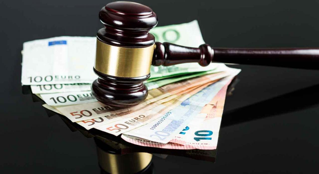 Imagen de un mazo de juez sobre dinero por unos intereses de ejecución