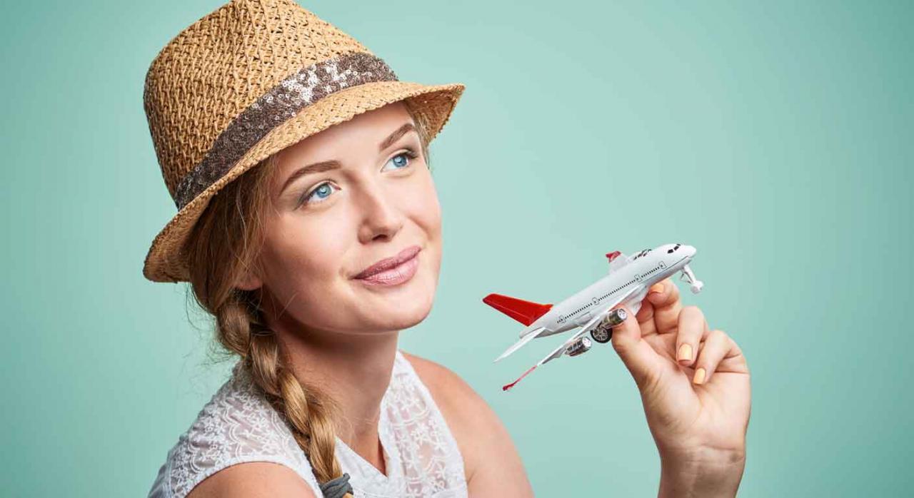 Interinidad por sustitución. Imagen de una chica con sombrero de paja con un avión de juguete en la mano
