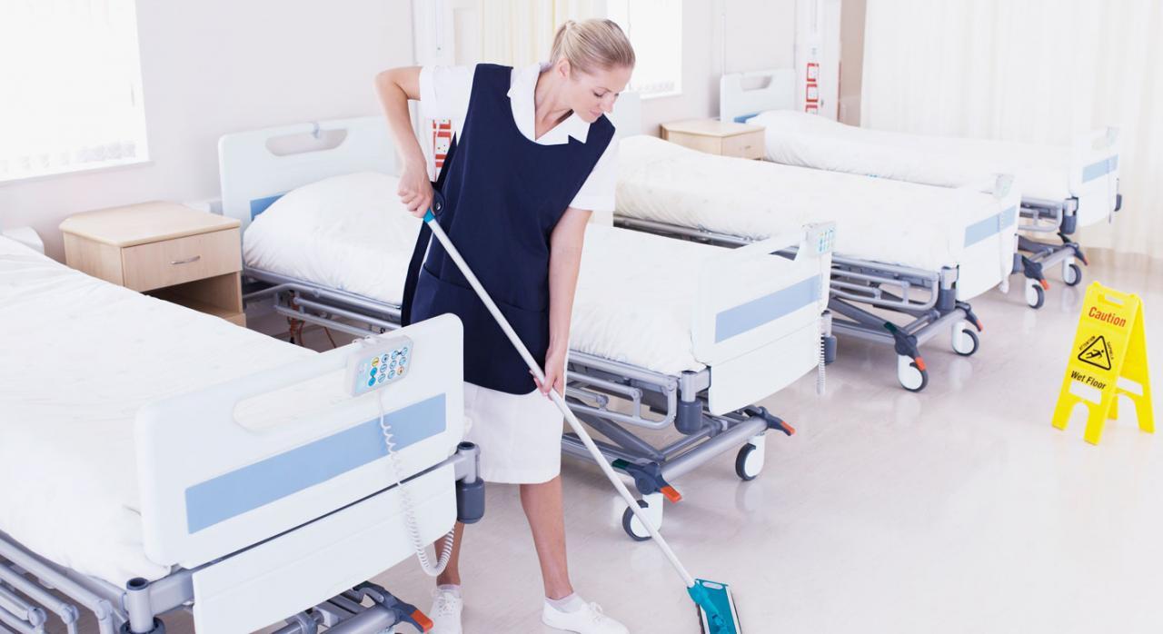 Interinidad por sustitución. Imagen de una mujer limpiando en hospital