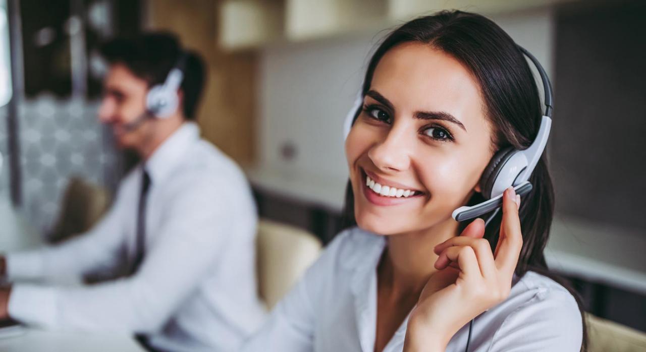 La nueva baja no permite a la empresa valorar si decide formalizar o no un nuevo contrato de interinidad. Imagen de dos personas hablando por telefono y con cascos