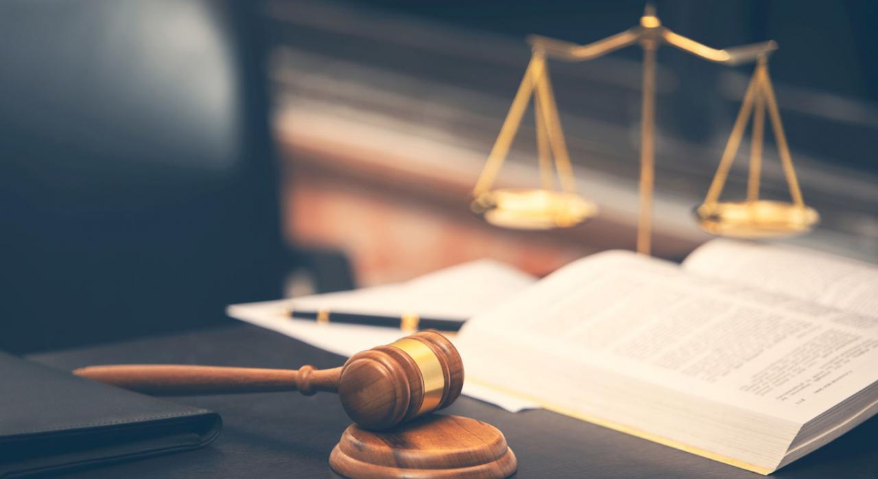Con ello no se vulnera el derecho a la invariabilidad de las sentencias firmes. Imagen de martillo de Juez con libro de la ley sobre mesa de madera