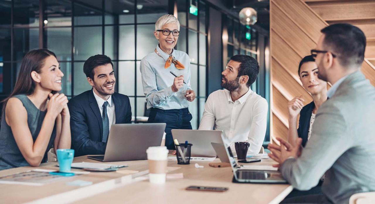 No todos los jefes son líderes. Imagen de grupo de personas en la oficina liderados por una mujer con actitud positiva