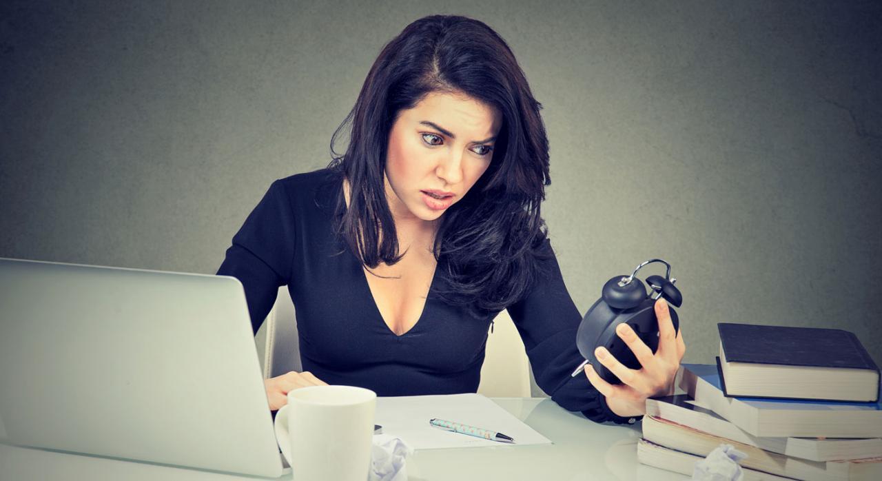 Trabajadora mirando tiempo restante de su jornada