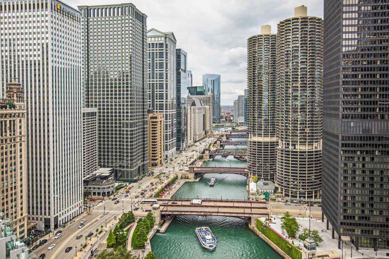 Imagen de una gran ciudad, con rio y edificios altos a ambos lados del rio