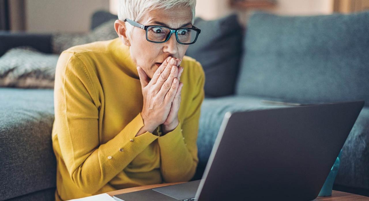 La jubilación en esta situación en nada afecta al mantenimiento del empleo. Imagen de mujer mirando con cara de sorpresa la pantalla de un portátil