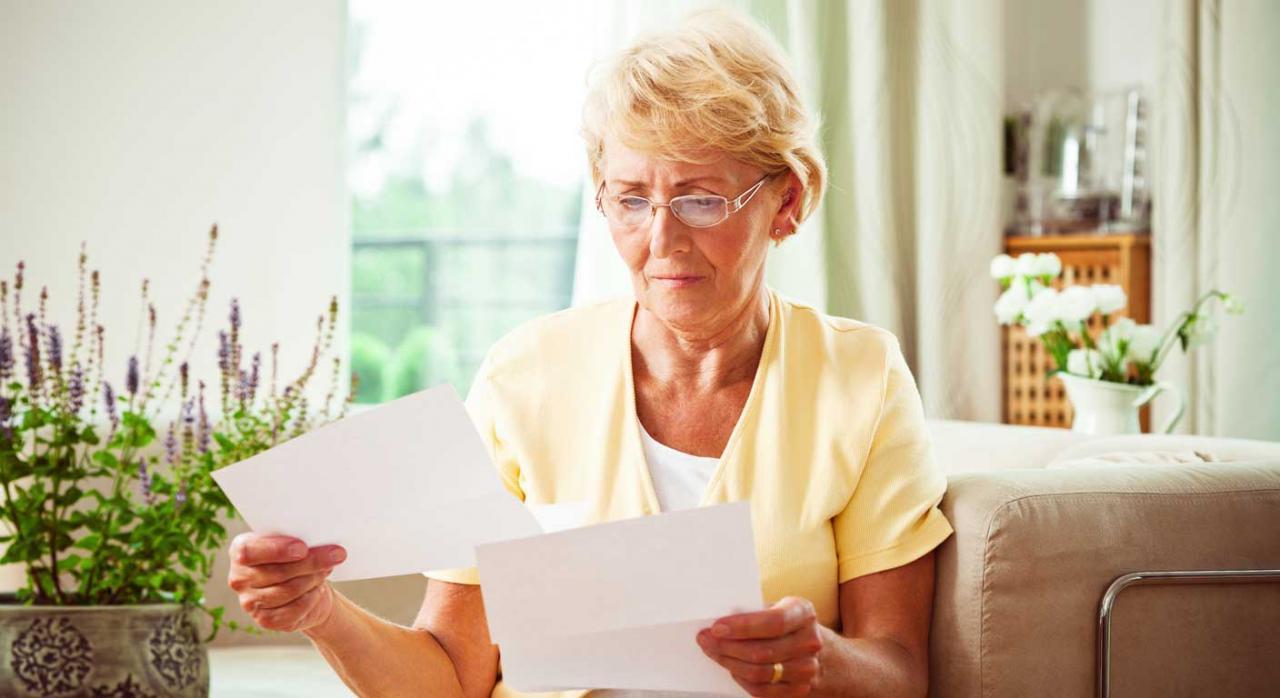 Cómputo del servicio social para jubilación anticipada. Mujer mayor mirando unos papeles