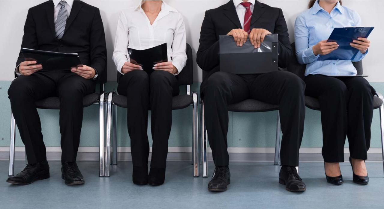 Jubilación anticipada. No es posible flexibilizar el requisito de inscripción como demandante de empleo si no concurren circunstancias excepcionales. Imagen de unas personas sentadas esperando algo