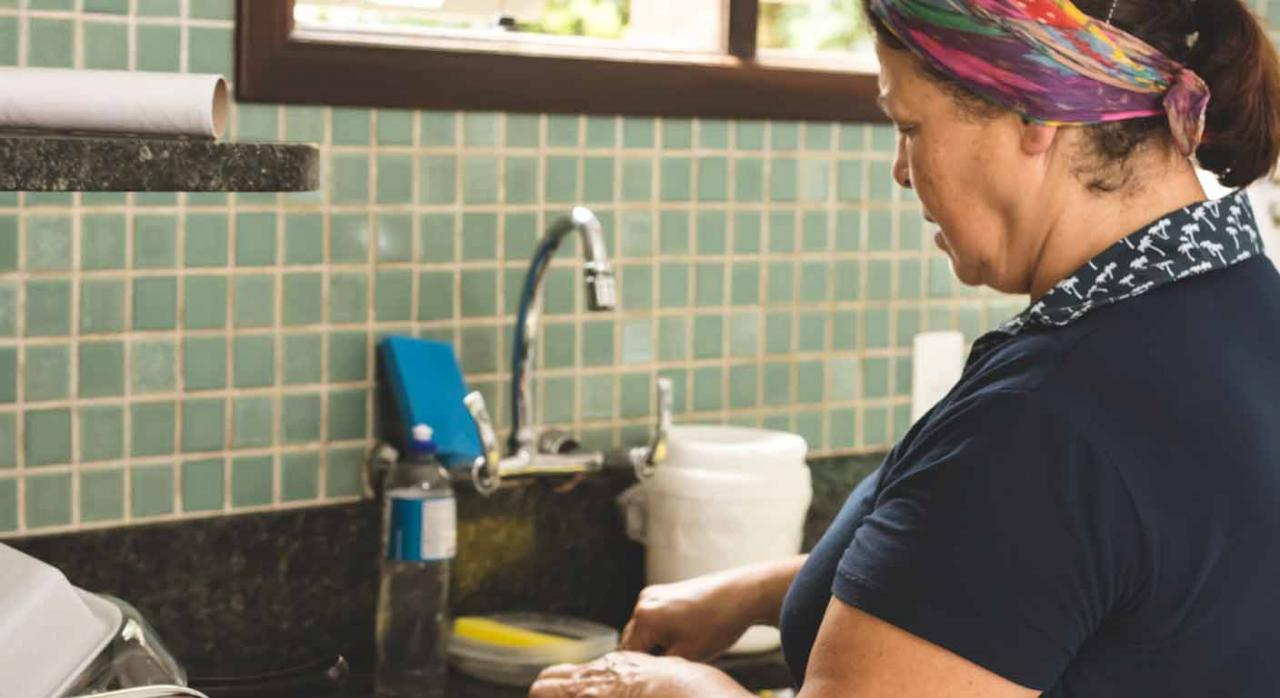 Jubilación anticipada voluntaria. Mujer en una cocina
