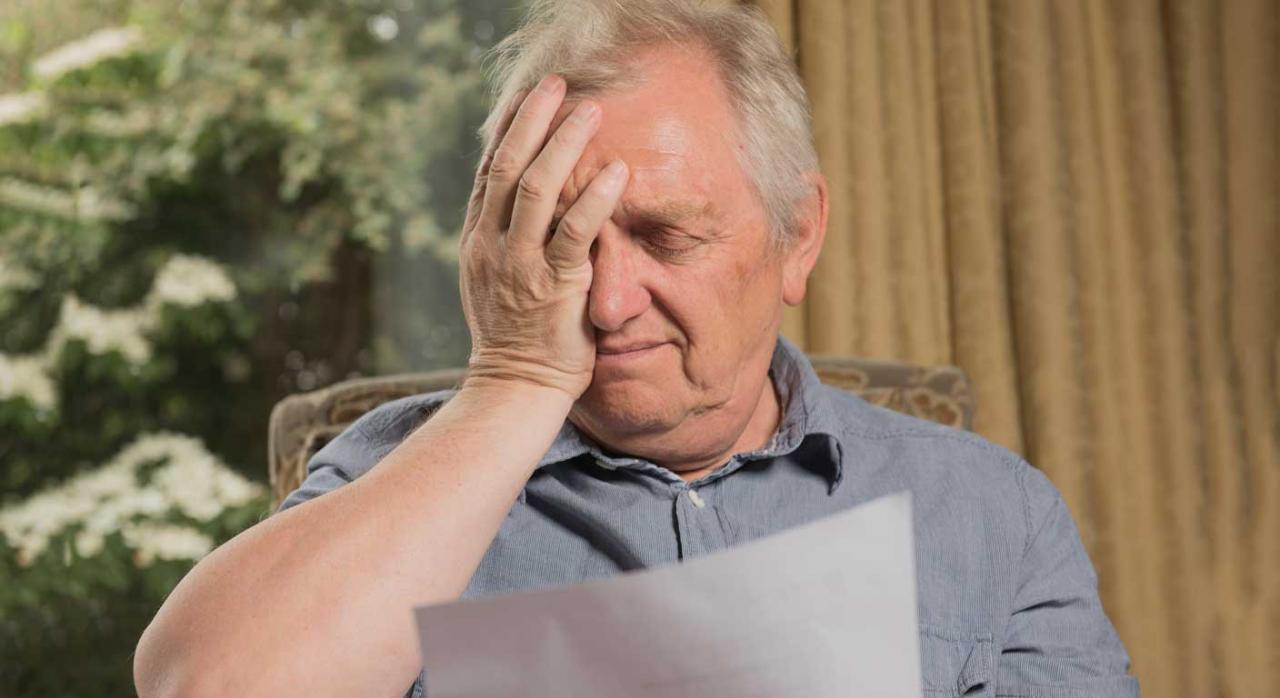 El cobro parcial de la indemnización priva al trabajador del derecho. Imagen de un señor mirando una carta con preocupación