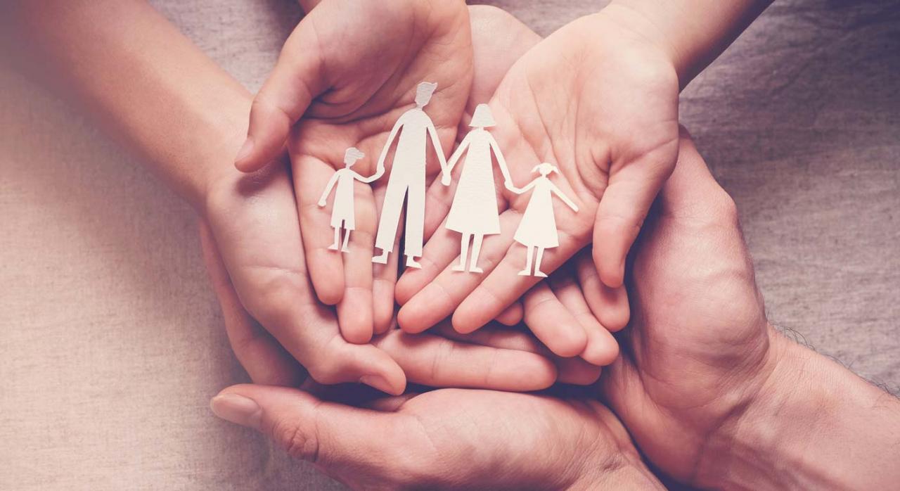 Jubilación no contributiva. Imagen de manos de adulto y niños unidas sosteniendo en palmas recorte de papel