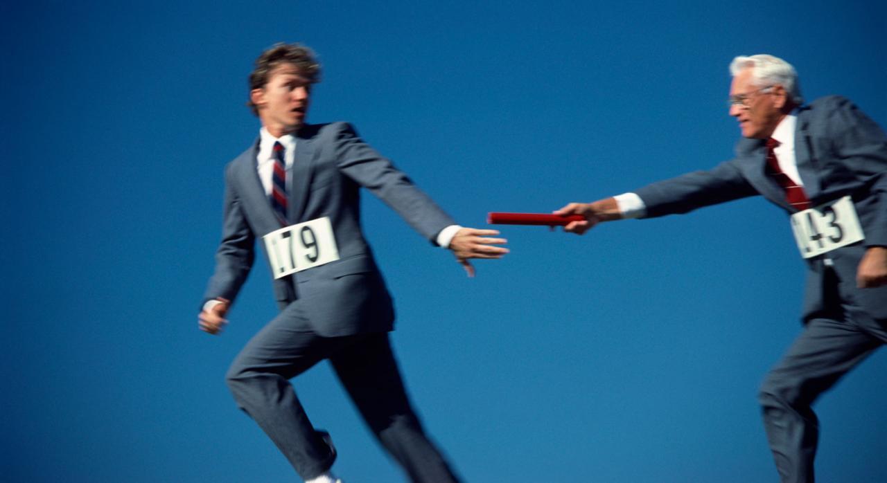 Esa contratación no encuentra justificación en el artículo 12.7 del ET. Imagen de un señor pasandole el relevo a otro