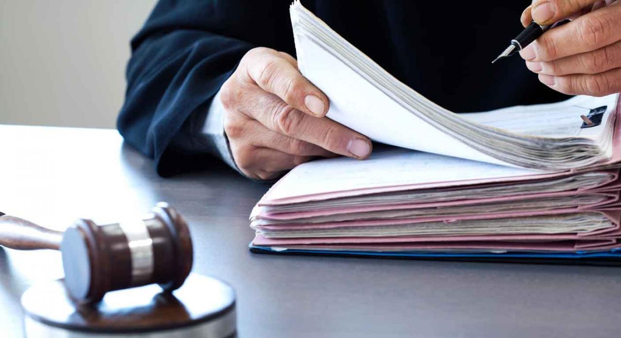 Imagen de un juez firmando unos documentos