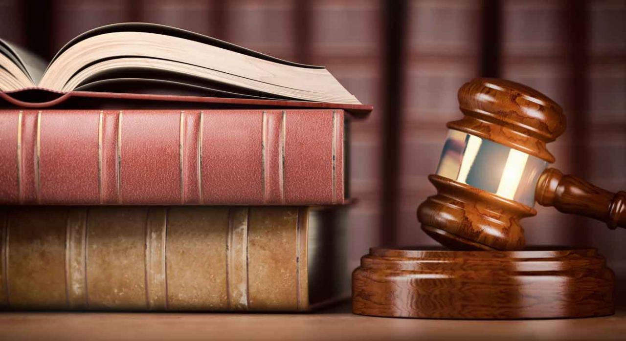 Jurisprudencia. Libros de leyes y martillo de juez