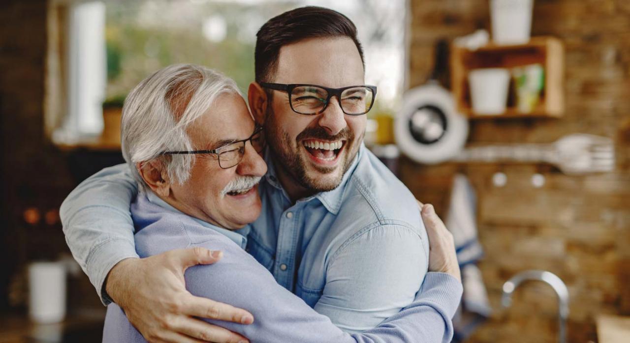 El artículo 60 de la LGSS incurre en discriminación directa por razón de sexo. Imagen de dos hombre abrazándose y sonriendo