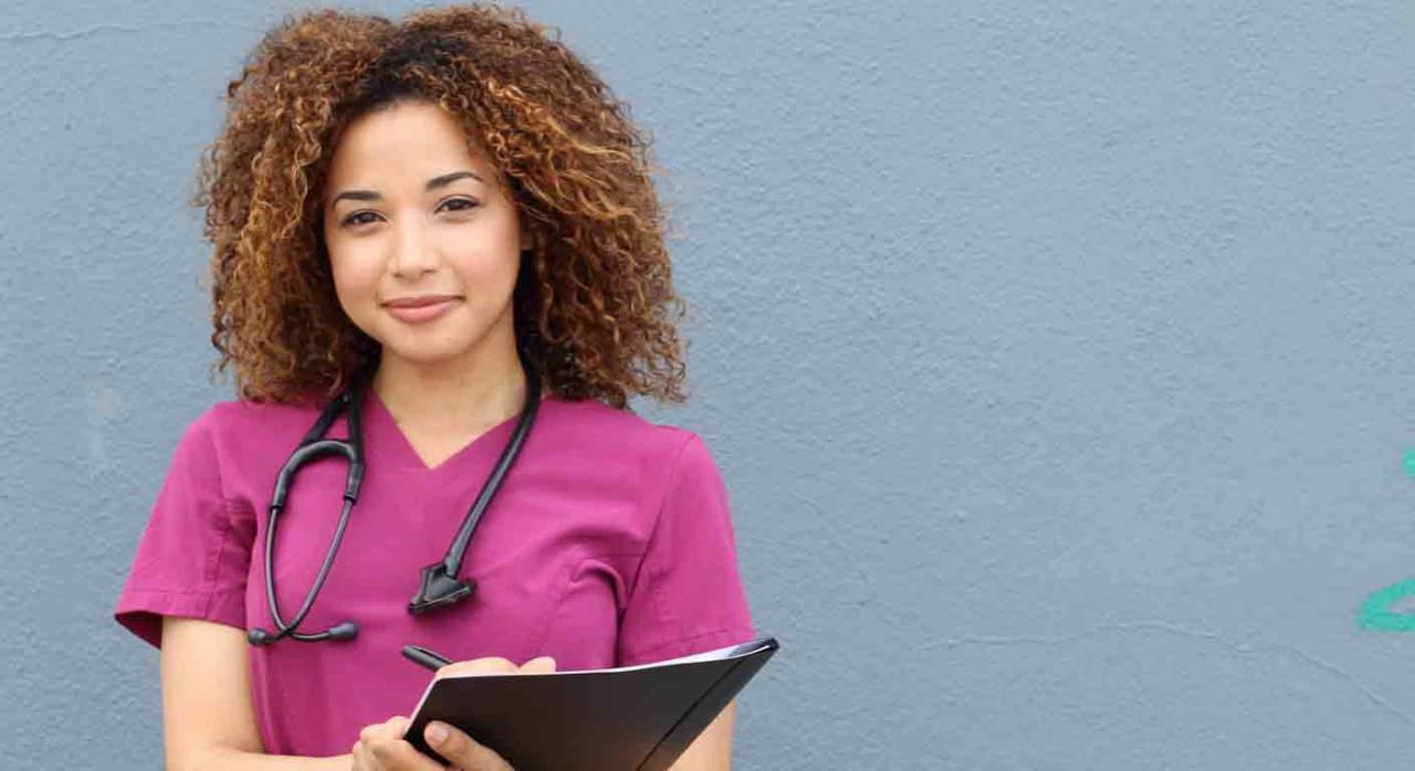 Extracomunitarios; MIR; desempleo. Una médico sonriente con una carpeta
