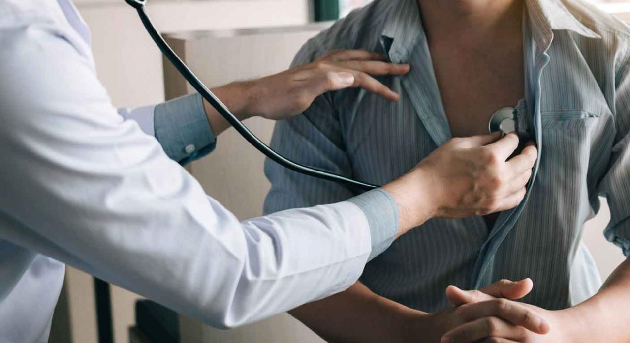 Reconocimientos médicos. Médico auscultando a un paciente