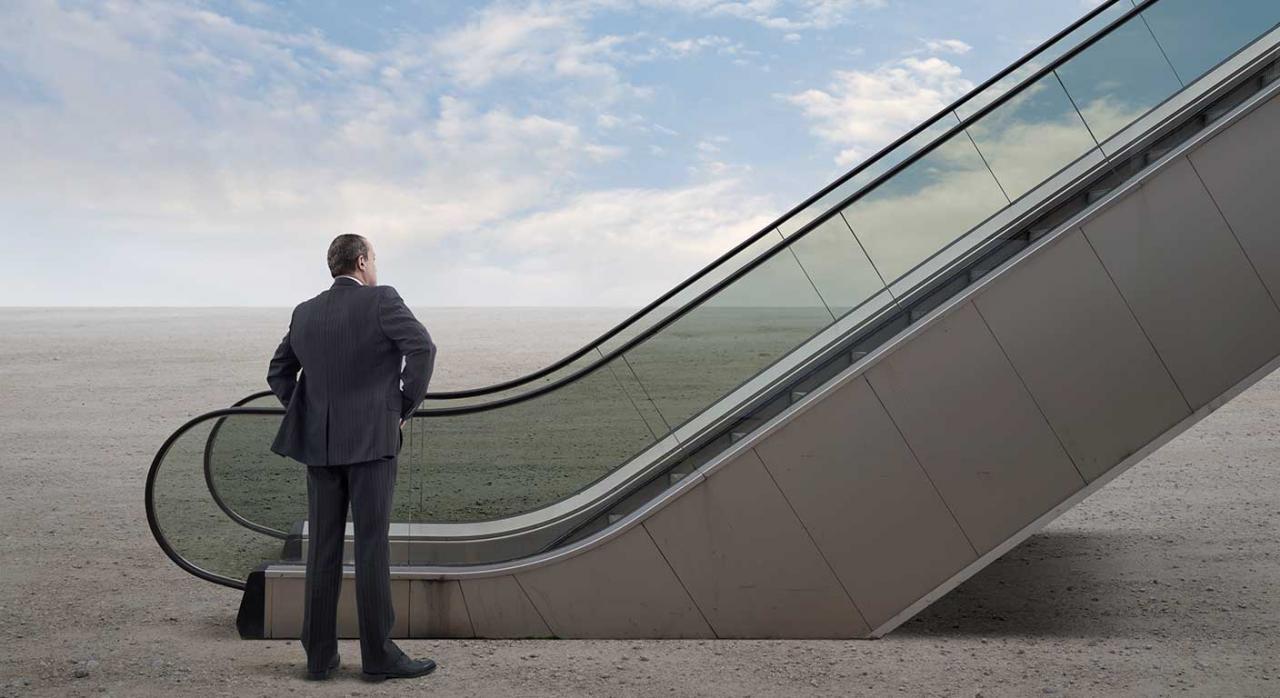 Hombre en el desierto mirando las escaleras mecánicas