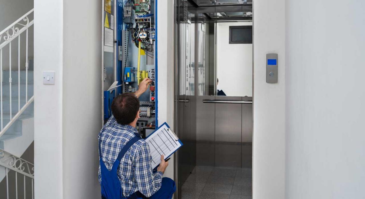 Modificación sustancial de las condiciones de trabajo. Operario reparando un ascensor