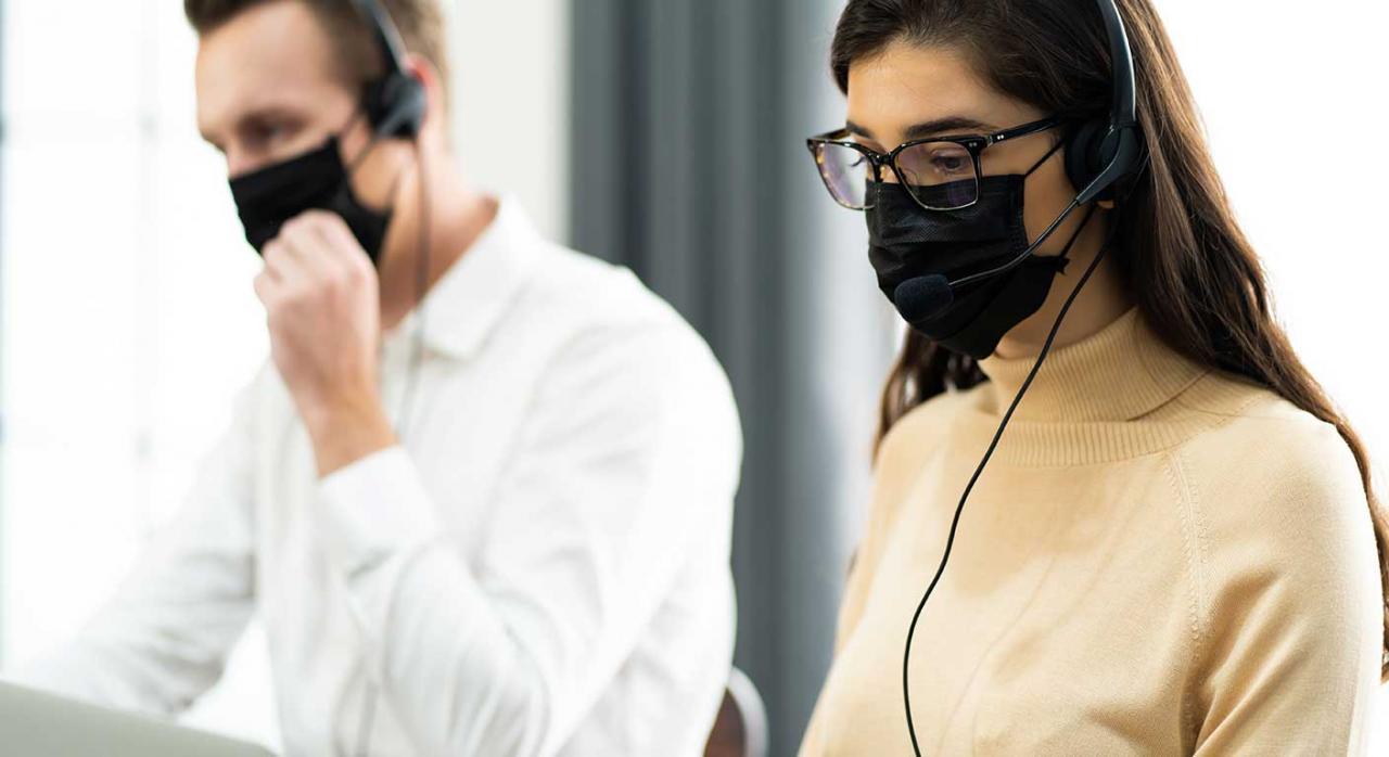 Modificaciones de las condiciones de trabajo; incentivos. Imagen de un hombre y una mujer en el trabajo