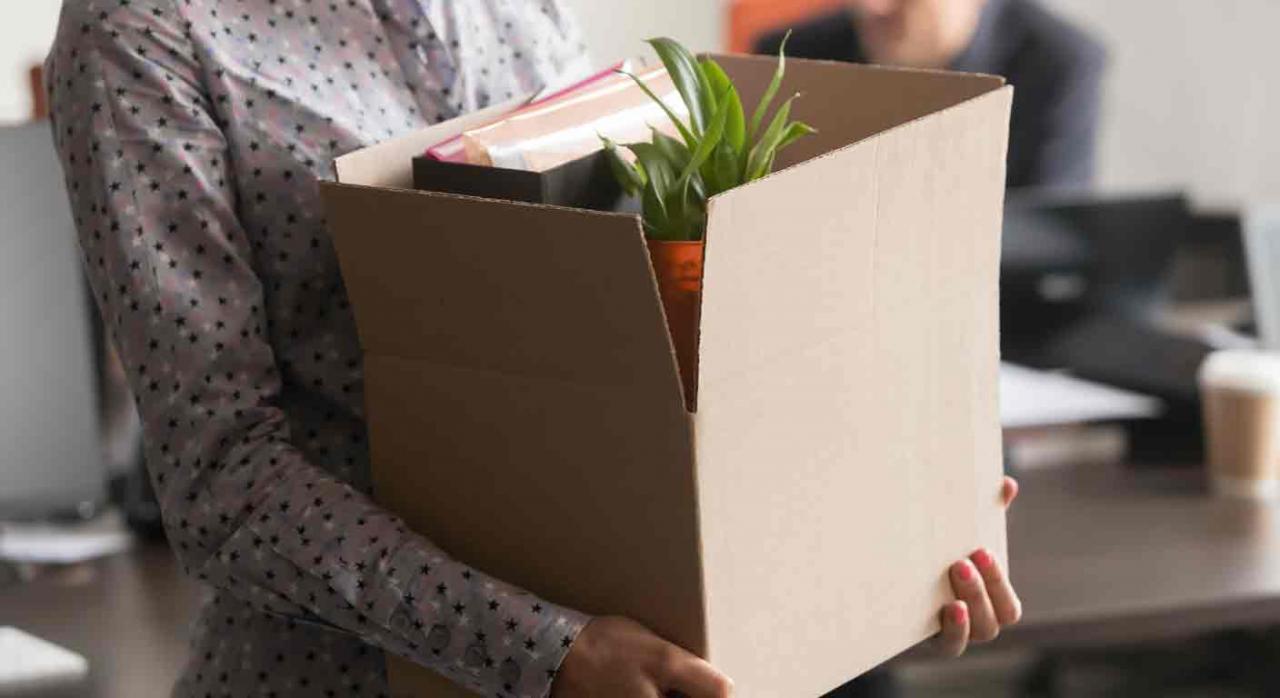 Funcionaria interina; no discriminación; abuso; personal laboral fijo. Mujer llevando una caja con sus cosas del trabajo