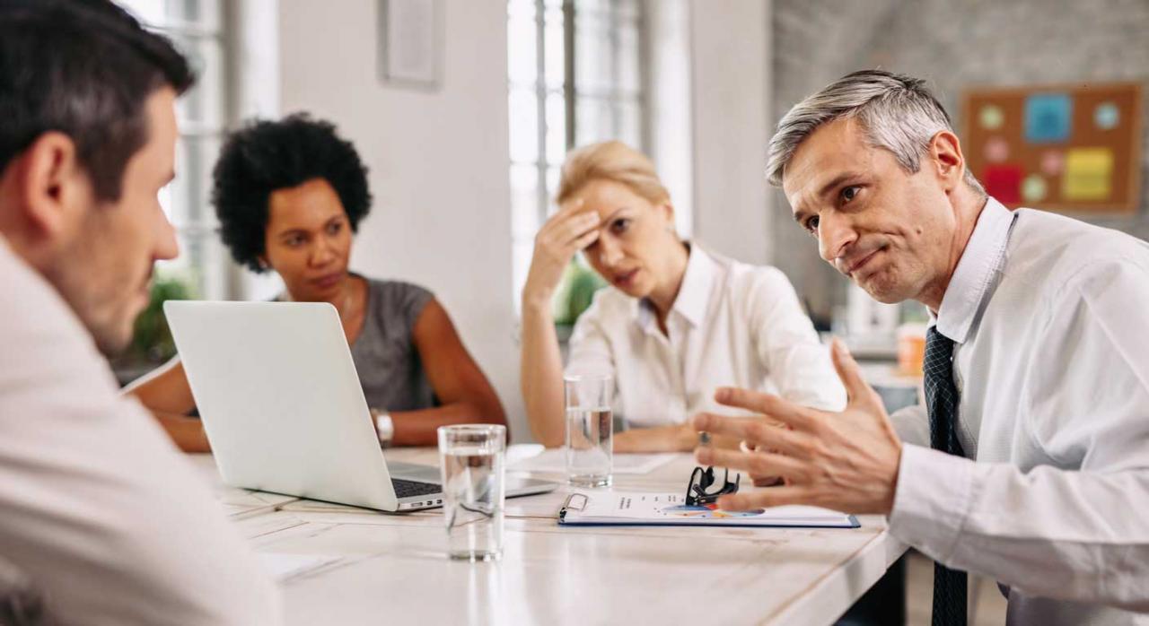 Incapacidad temporal: Mutuas colaboradoras con la Seguridad Social. Imagen de reunión de personas con caras de preocupación por error cometido