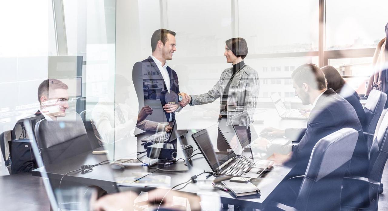 ejecutivos negociando