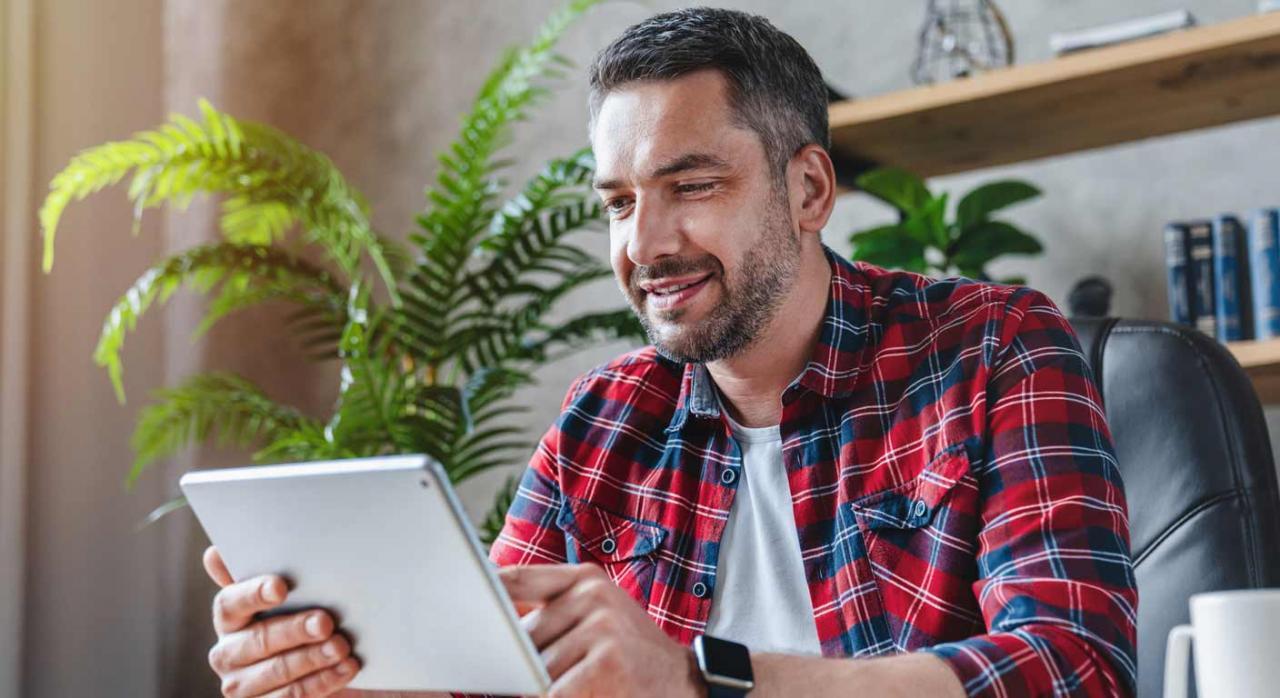 Normativa autonómica general y convocatorias de ayudas (del 1 al 15 de septiembre de 2021). Imagen de hombre de mediana edad usando una tablet