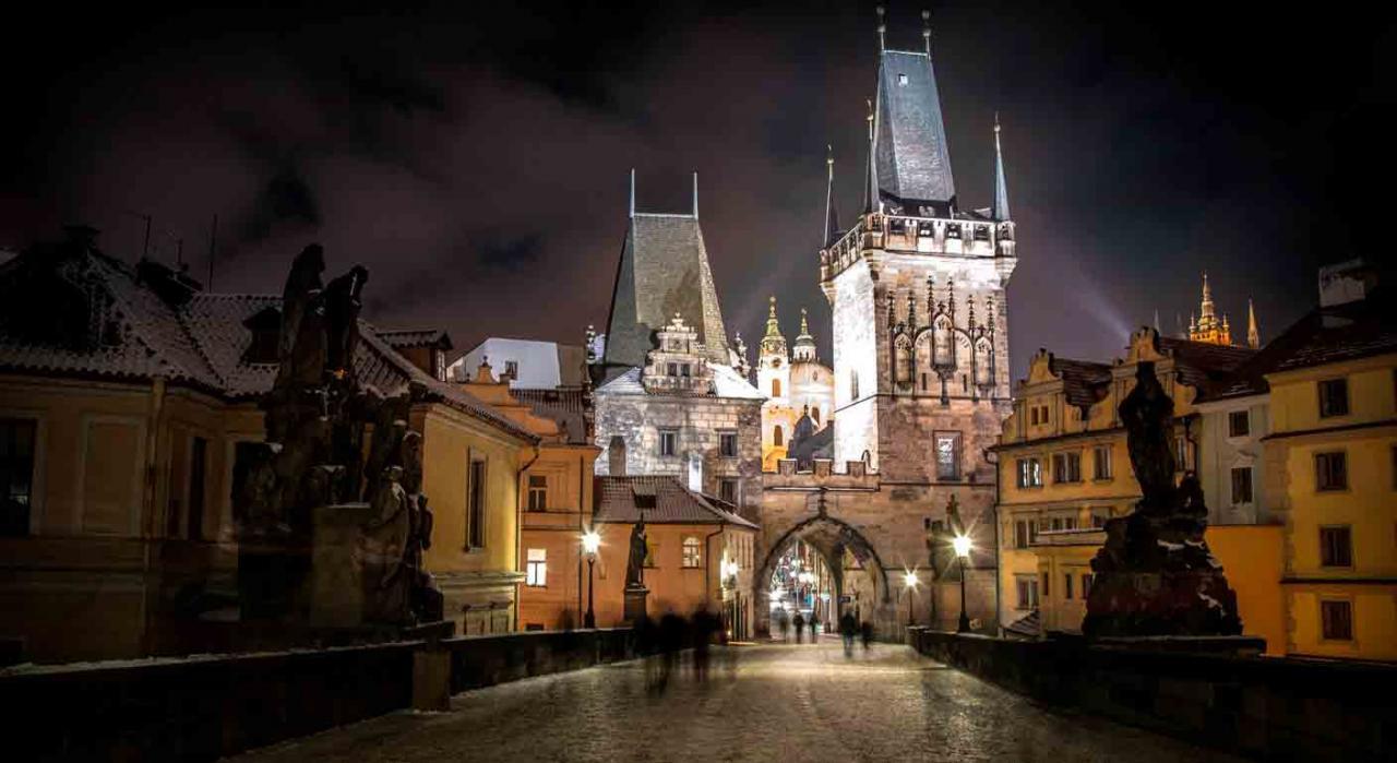 Normativa de las Comunidades Autónomas. Imagen nocturna de un castillo de Pragra