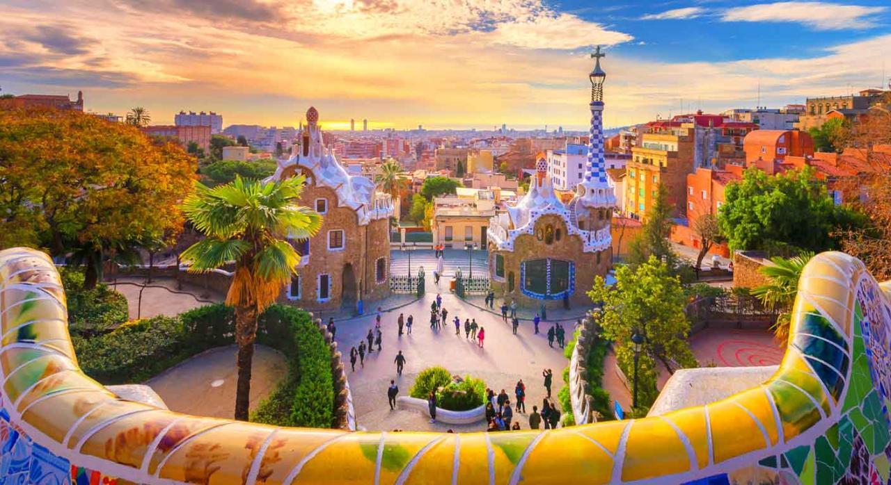 Normativa de las comunidades autónomas; ayudas y subvenciones. Vista del Parque Guell de Barcelona