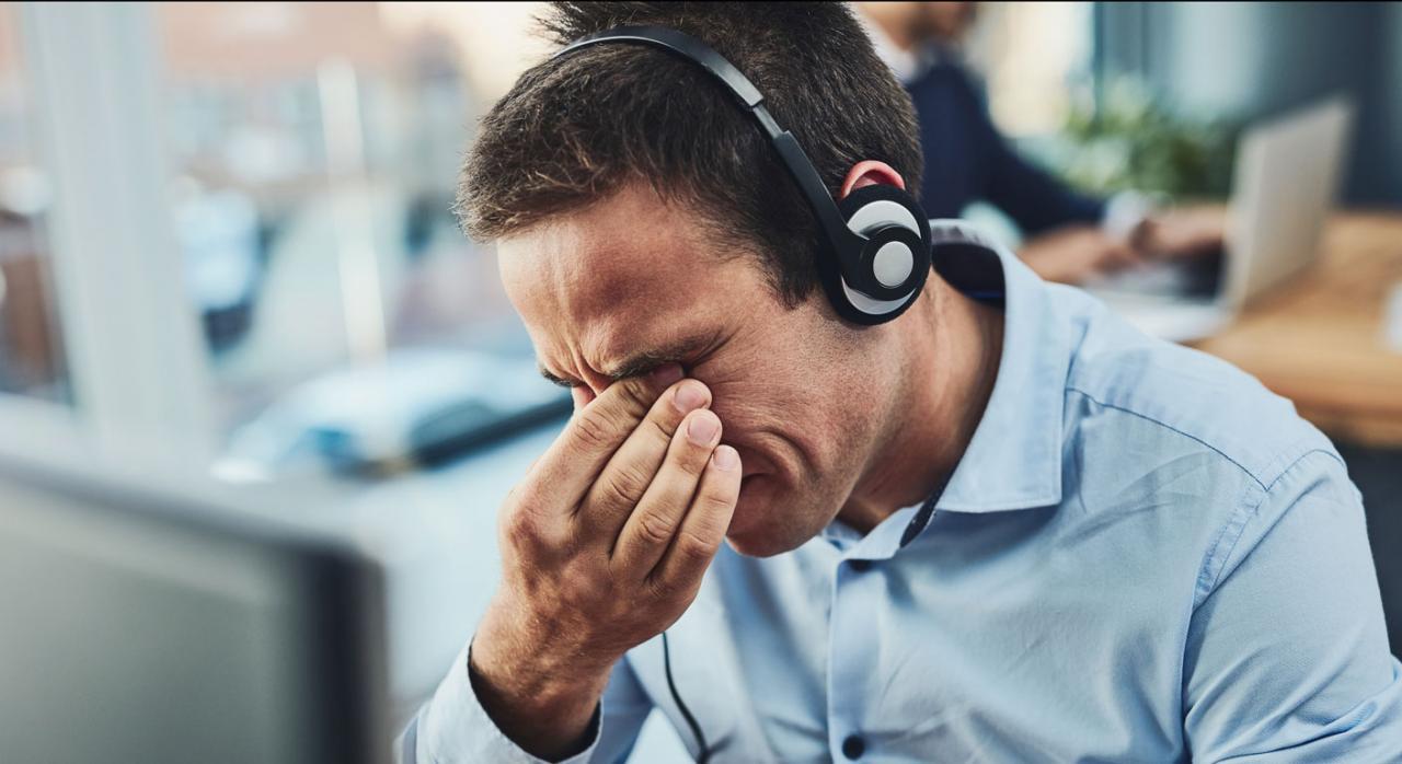 Hombre frente a pantalla con síntomas de fatiga. Pausas en PVD