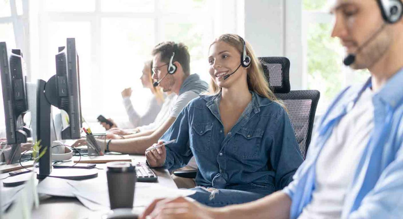 """Pausas de los trabajadores de """"Contact Center"""". Empleados de Contact Center en su puesto"""
