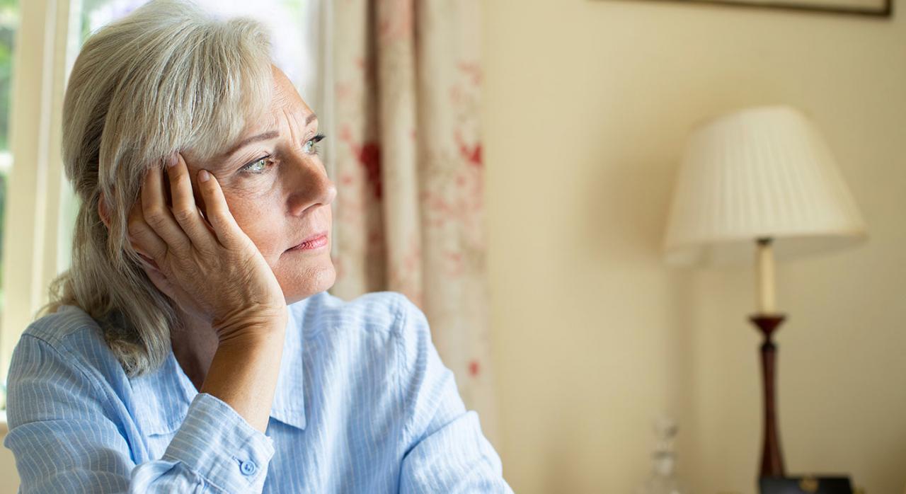 Pensión de viudedad; clases pasivas; convivencia estable y notoria Imagen de una mujer mayor pensativa