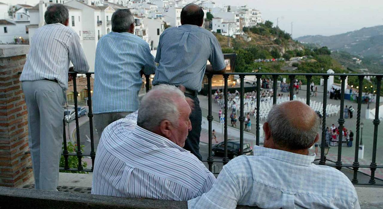 Revalorización de las pensiones públicas. Imagen de varios pensionistas charlando